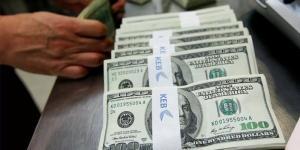 الدولار قرب أدنى مستوى في سبعة أسابيع