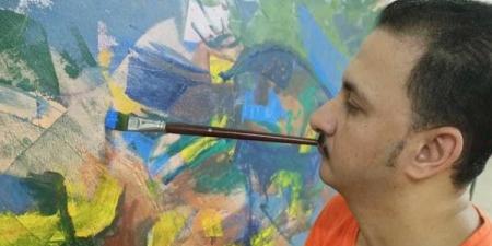 يحلم بالعالمية.. فنان تشكيلي مصري يرسم بالفم والقدم