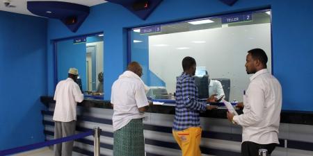 الصومال يطالب المنظمات الدولية باستخدام البنوك المحلية