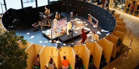 مسرح ياباني يقدم تجربة مشاهدة فريدة عبر فتحات صغيرة