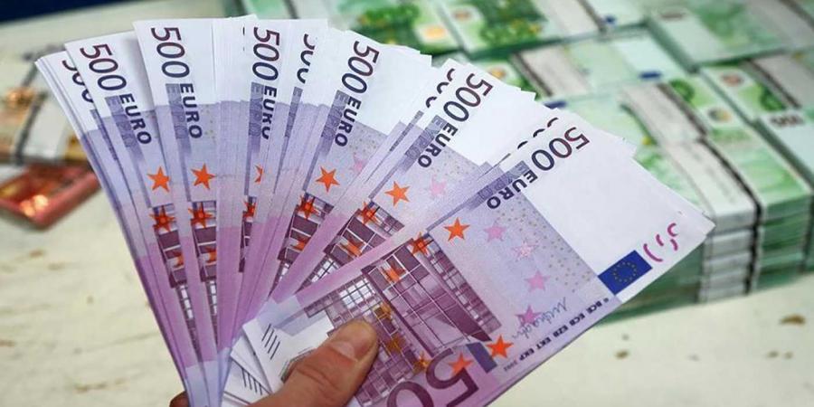 اليورو ينزل إلى أقل مستوى مقابل الدولار في أسبوعين