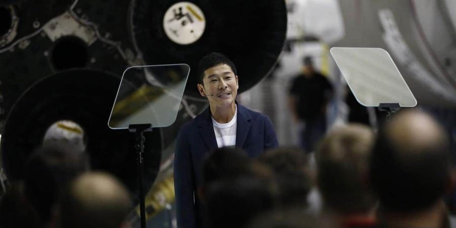ملياردير ياباني يبحث عن أشخاص للذهاب معه إلى القمر
